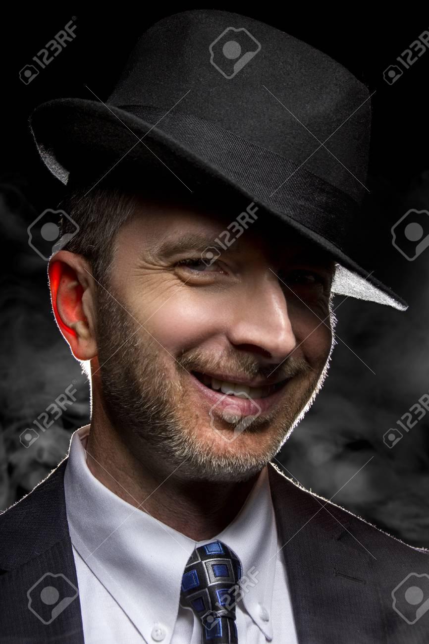 a08e983470f8b Banque d'images - L'homme avec un chapeau posant fedora comme un détective  de film noir ou gangster