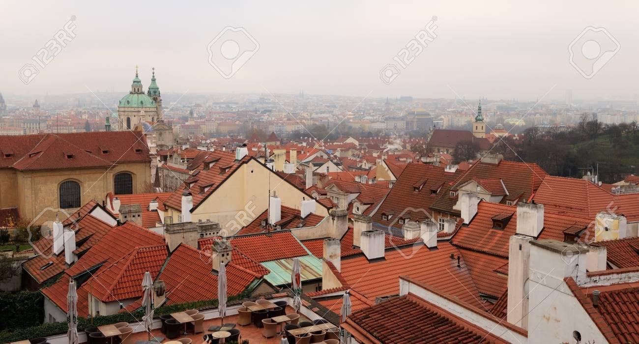 Rode betegelde daken van huizen in de oude binnenstad praag