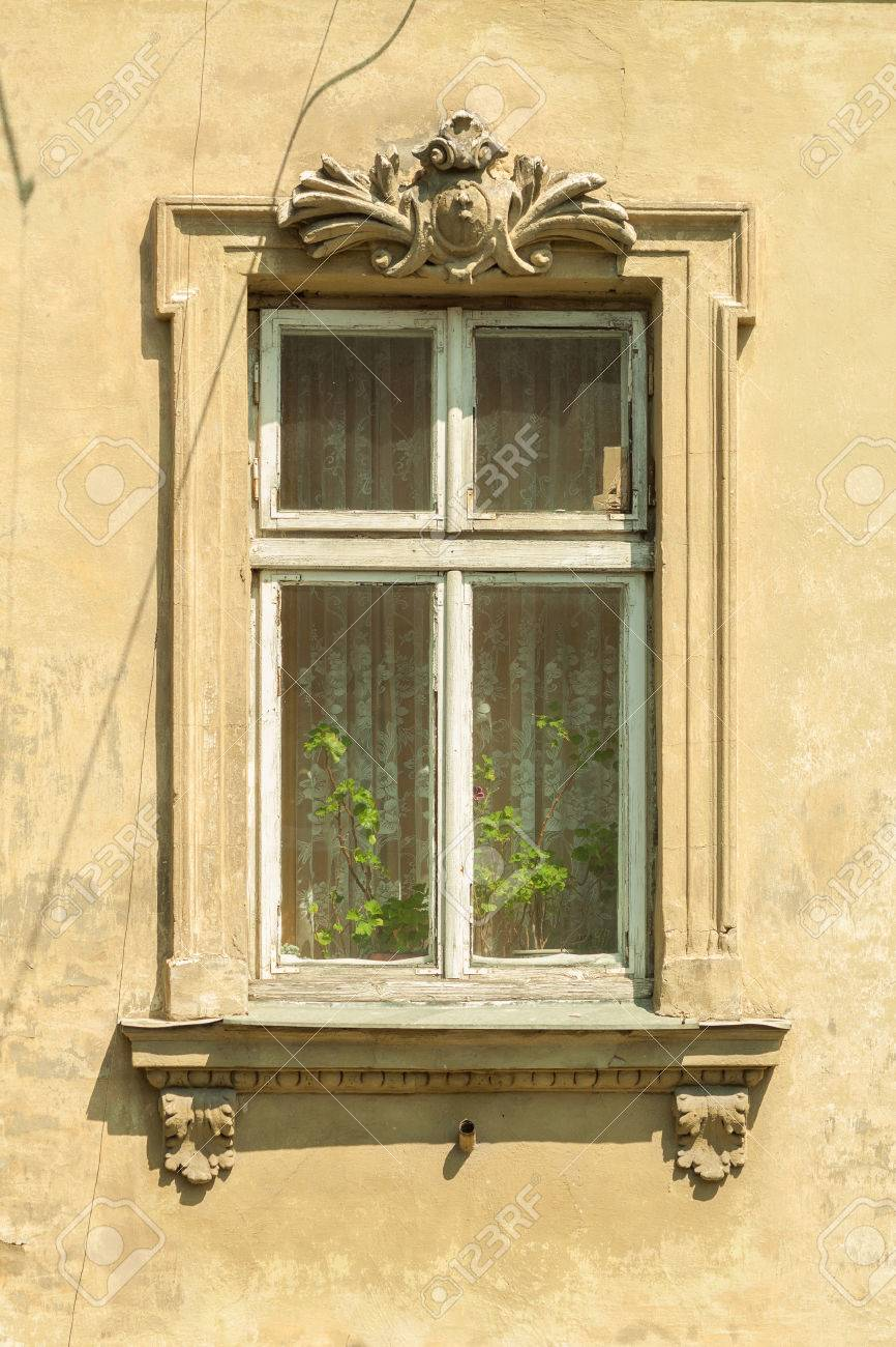 Una Ventana En Una Casa Antigua. Marco De La Ventana De Madera ...