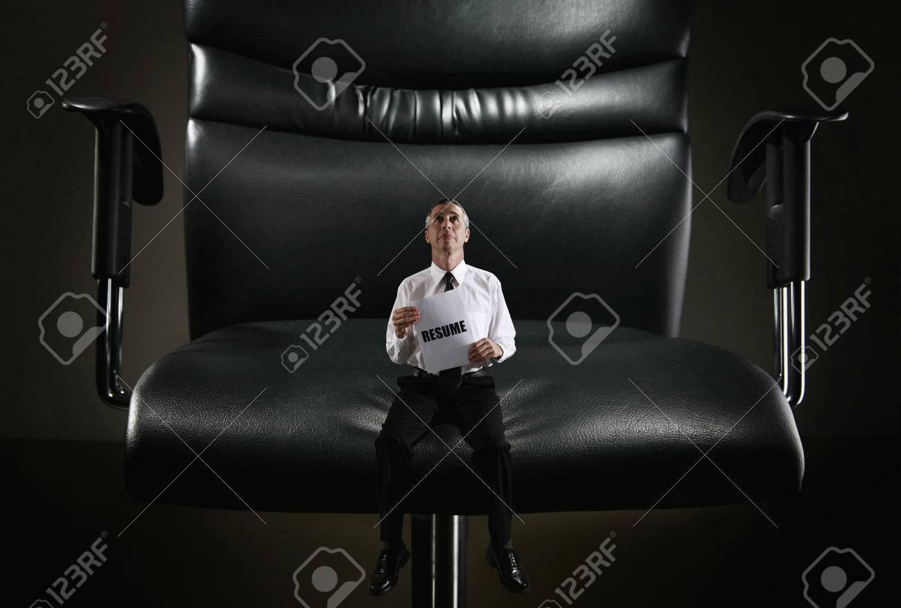 Hombre De Negocios De Tamaño Pequeño Sentado En Una Silla Gigante De ...