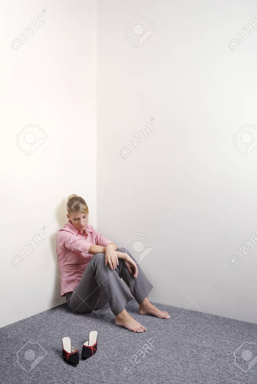 Affaires assis sur le sol avec ses chaussures à côté Banque d images -  26240237 ddec310d17c0