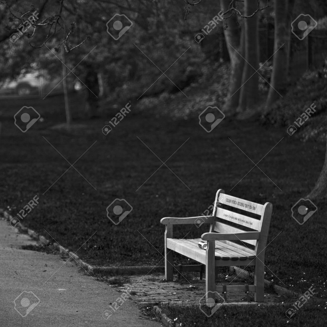 Hölzerner Liebesstuhl Neben Einer Bahn In Einem London Park