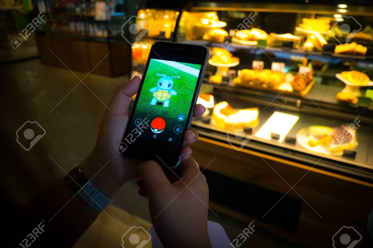 バンコク, タイ王国 - 8 月 12,2016: 電話でポケモン移動ゲームの
