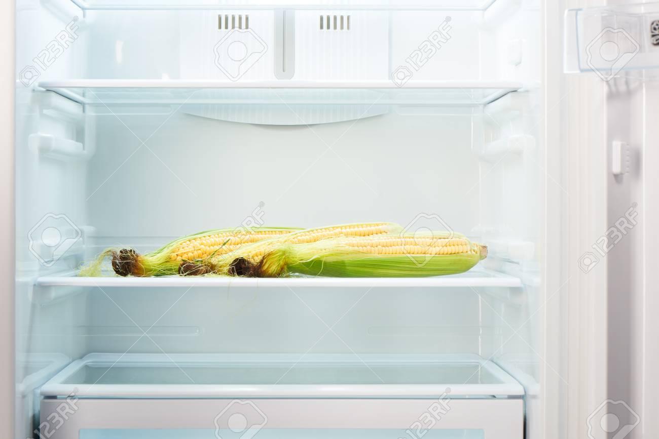 Kühlschrank Regal : Drei Ähren auf dem regal der offenen leeren kühlschrank