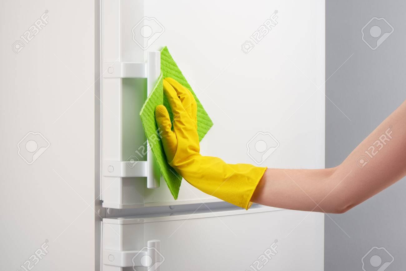 Kühlschrank Reinigen : Hand der frau in der gelben gummischutzhandschuh reinigung weißen