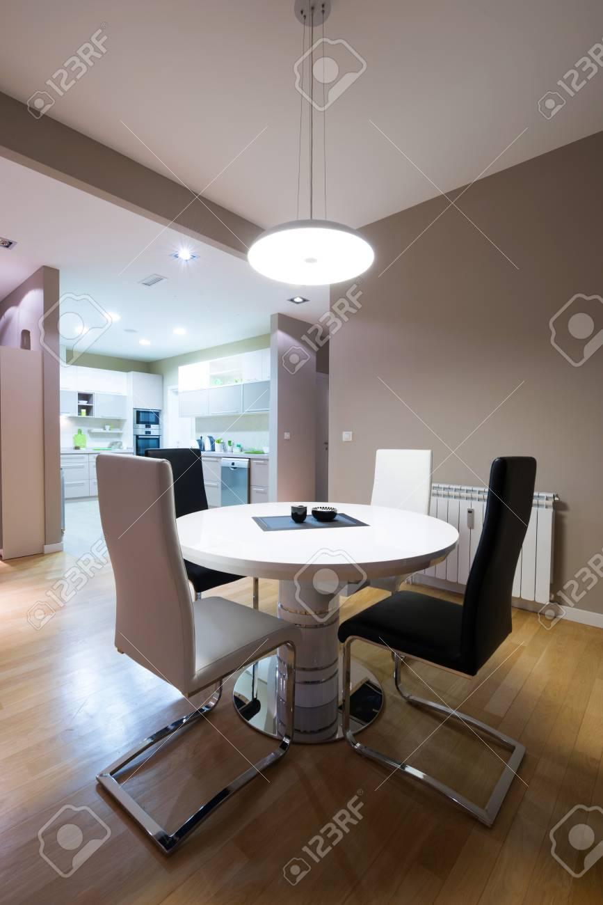 Interieur Eines Luxus Esszimmer Mit Rundem Tisch Und Im Hinblick Auf