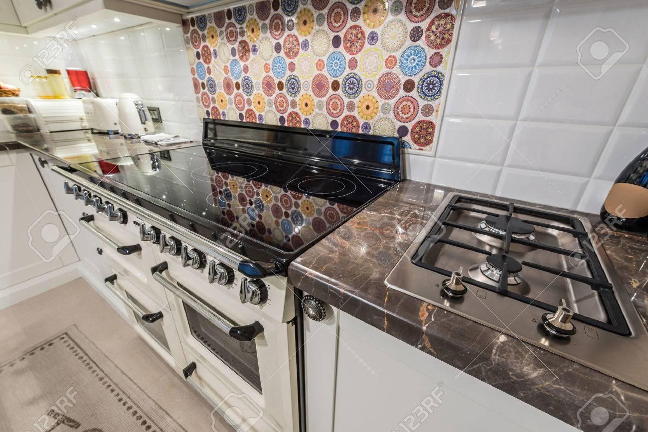 Cuisine Au Gaz Ou Induction intérieur de cuisine avec appareils modernes, four, cuisinière à gaz,  plaque de cuisson à induction