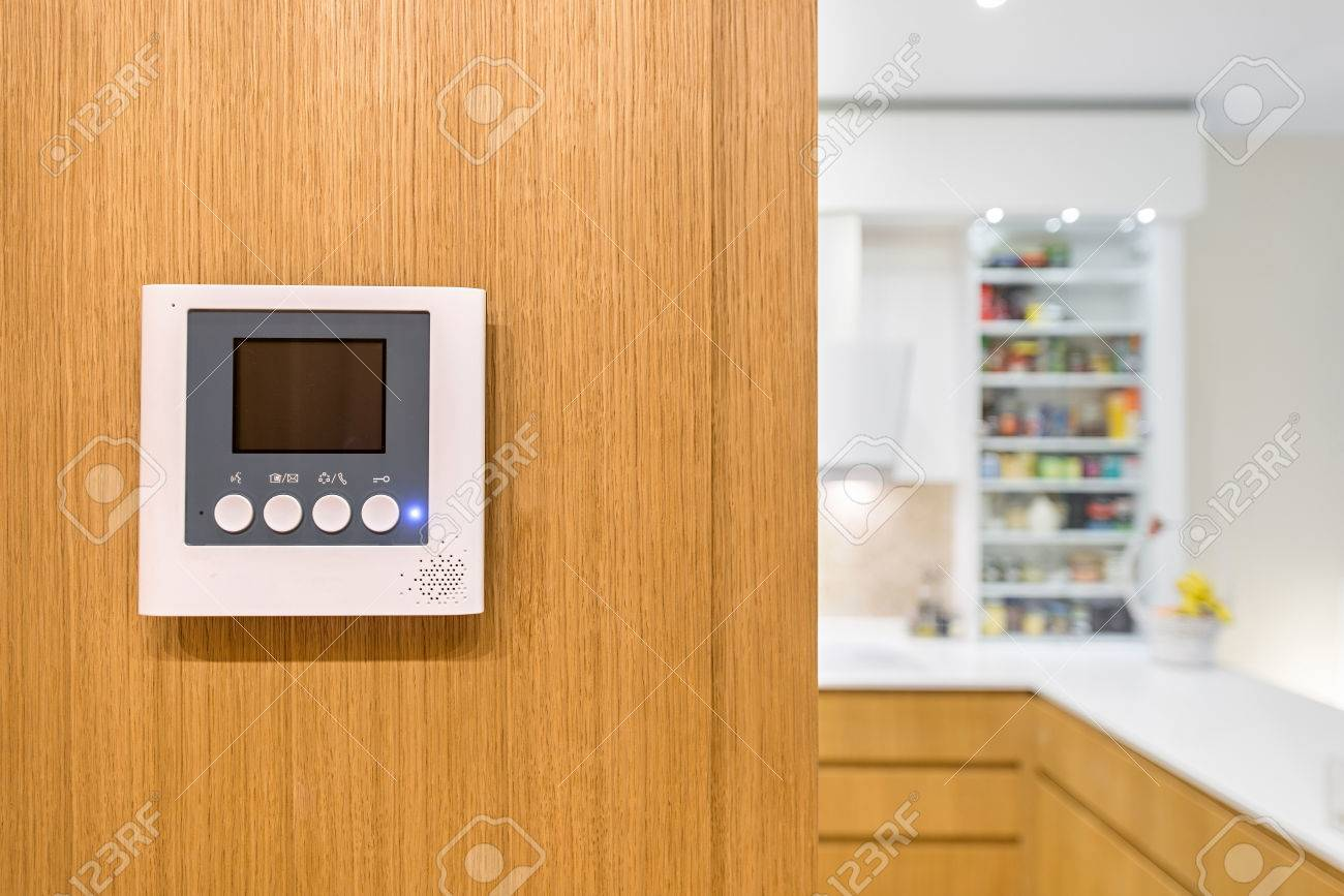 https://previews.123rf.com/images/interiorpro/interiorpro1705/interiorpro170500014/77522683-intercom-video-door-bell-on-wooden-wall-in-modern-apartment.jpg