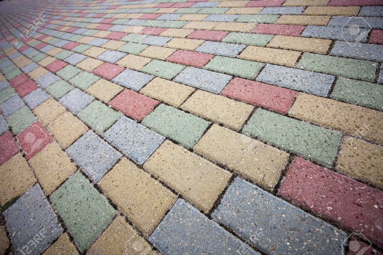 bunte betonziegelsteinstraße pflaster-muster lizenzfreie fotos