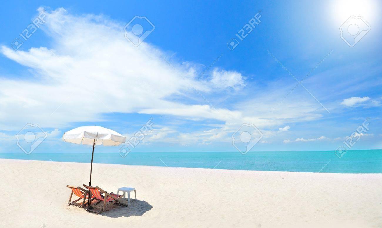 Les Chaises De Plage Sur La Plage De Sable Blanc Avec Du Bleu Ciel ...