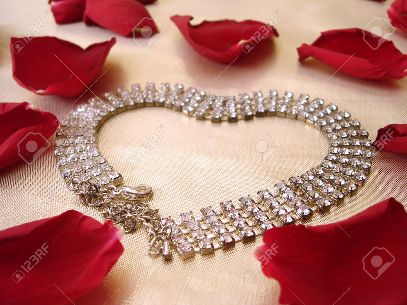 L'or Collier Dimond Sur Coeur De Avec Des Roses Pétales Rouges dCxBeWro