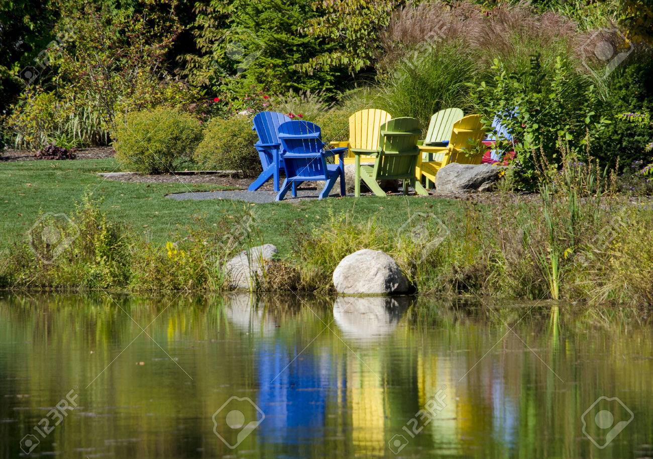 Adirondak Stuhle Sind Rund Um Eine Feuerstelle Gruppiert Zu Bequemen Sitz Gesprach Lizenzfreie Fotos Bilder Und Stock Fotografie Image 29525203