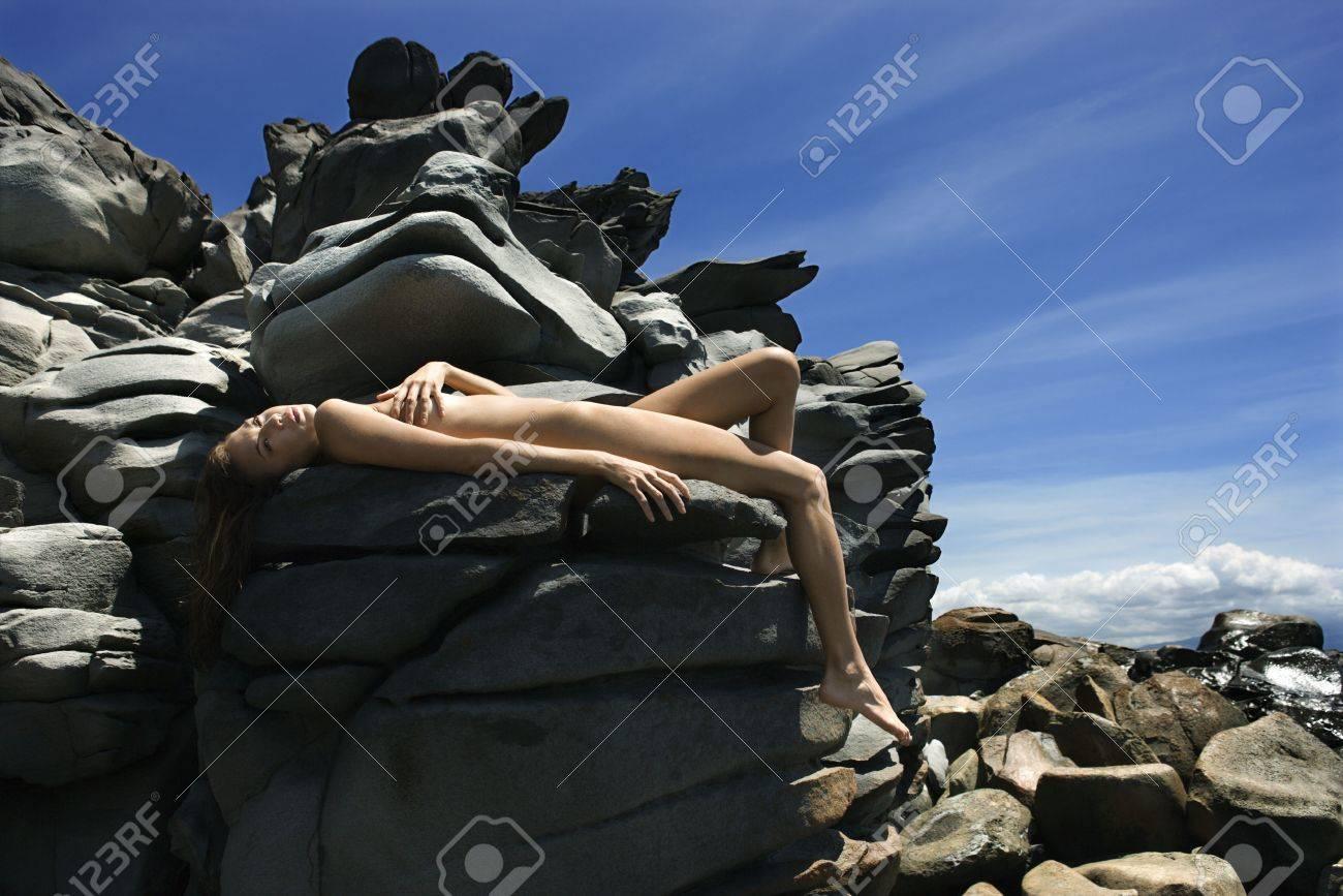 Multiétnica Joven Mujer Desnuda Tomando El Sol En Las Rocas Maui En Hawaii Playa
