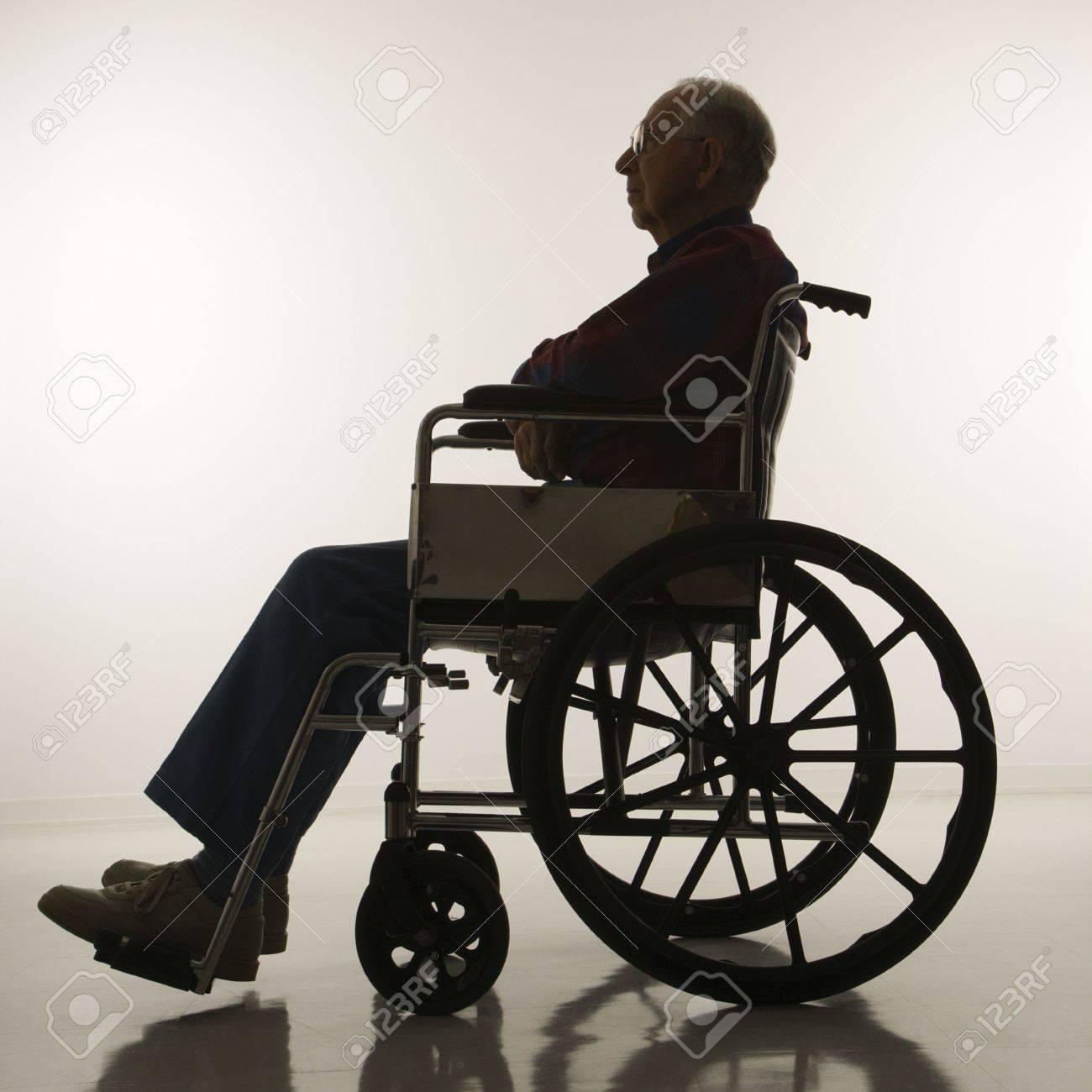 ANTOLOGÍA--CADÁVER EN PROSA. 2389049-Perfil-de-vista-de-silhouetted-Caucasion-anciano-sentado-en-silla-de-ruedas--Foto-de-archivo