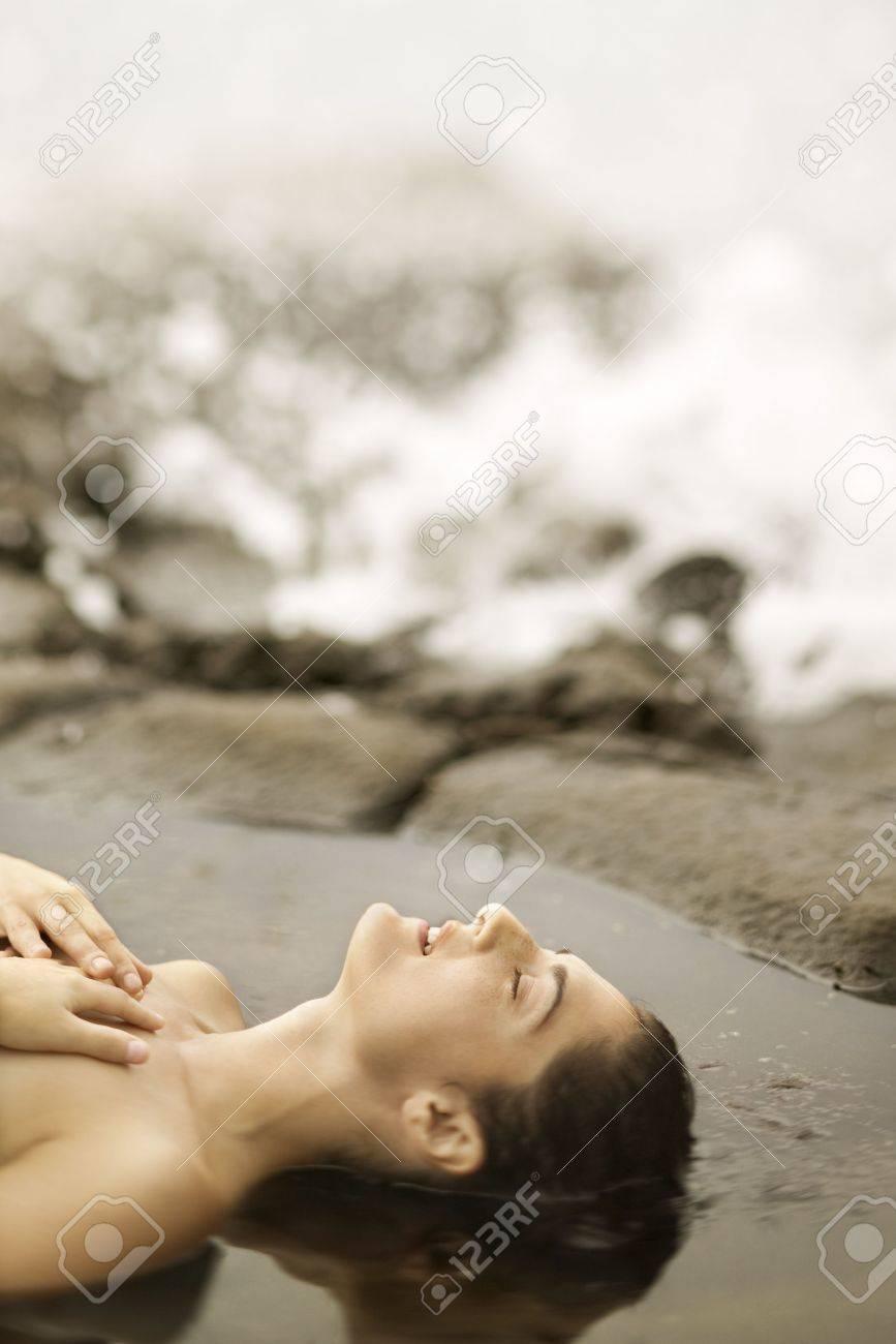 Perfil De Los Jóvenes De Raza Caucásica Mujer Desnuda Acostada En La Playa Tomando El Sol