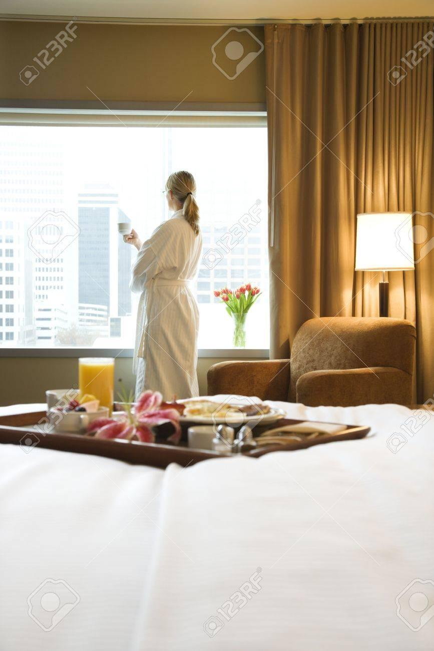 lit dans un plateau de petit déjeuner portant sur le lit avec une