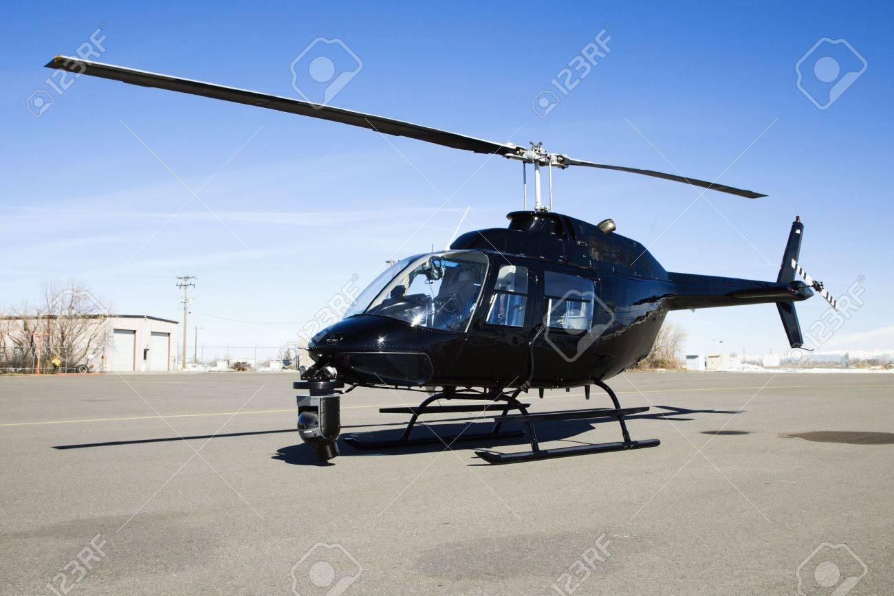 3569586-Nero-elicottero-con-telecamera-montata-su-parcheggiata-davanti-a-aeroporto-di-stazionamento--Archivio-Fotografico.jpg (1300×867)