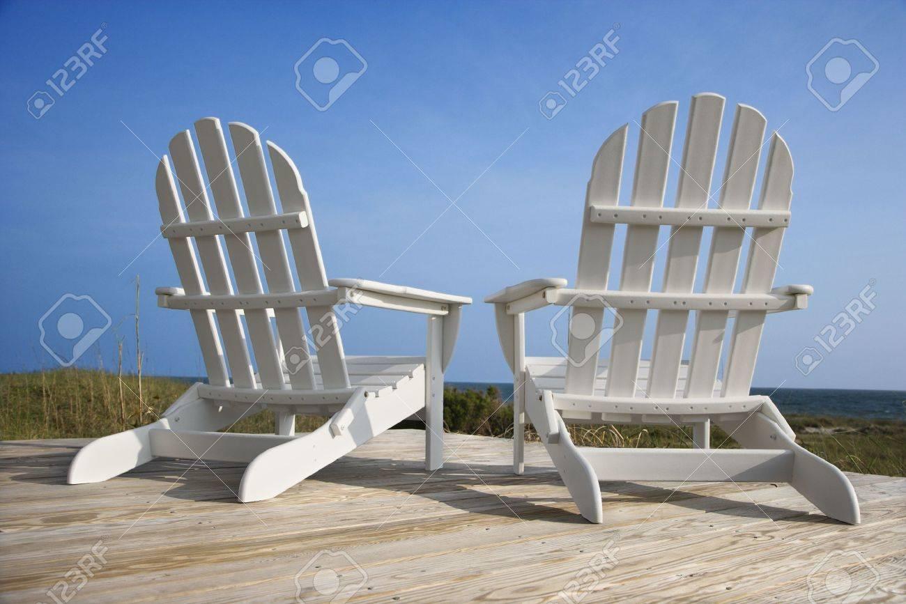 Posteriore vista di due sedie stile adirondack bianchi seduto su ...
