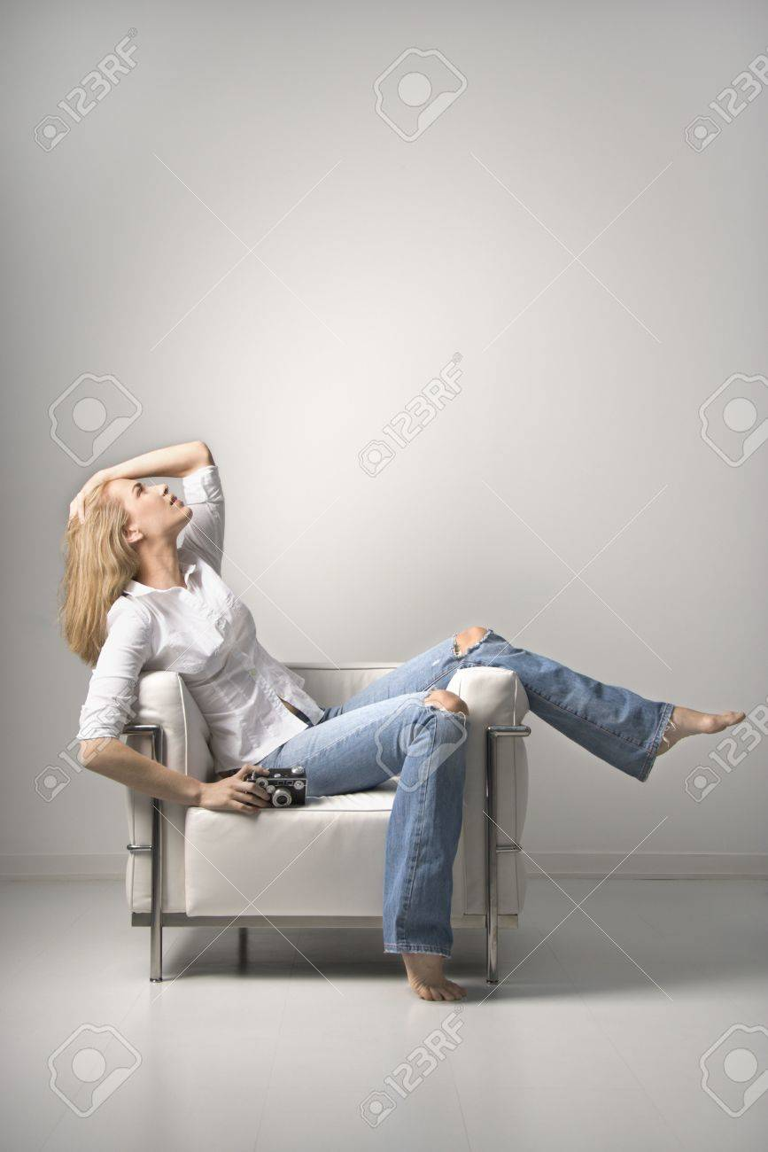 Blanco Joven Una Silla La Sentada Perfil Mujer De Disparo En Celebración VerticalAislados CámaraUn mvN80wn