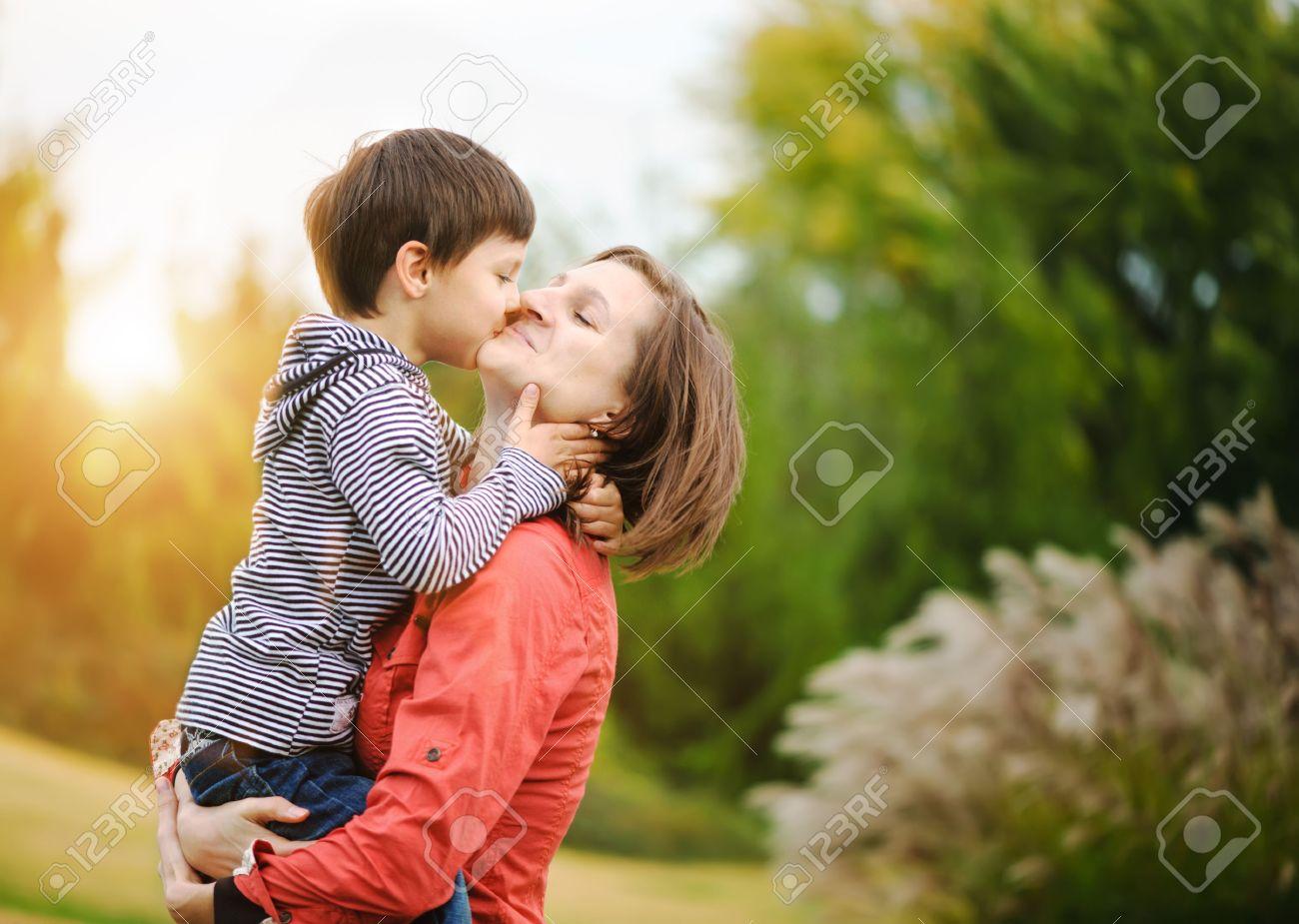 Сын цылует маму 1 фотография