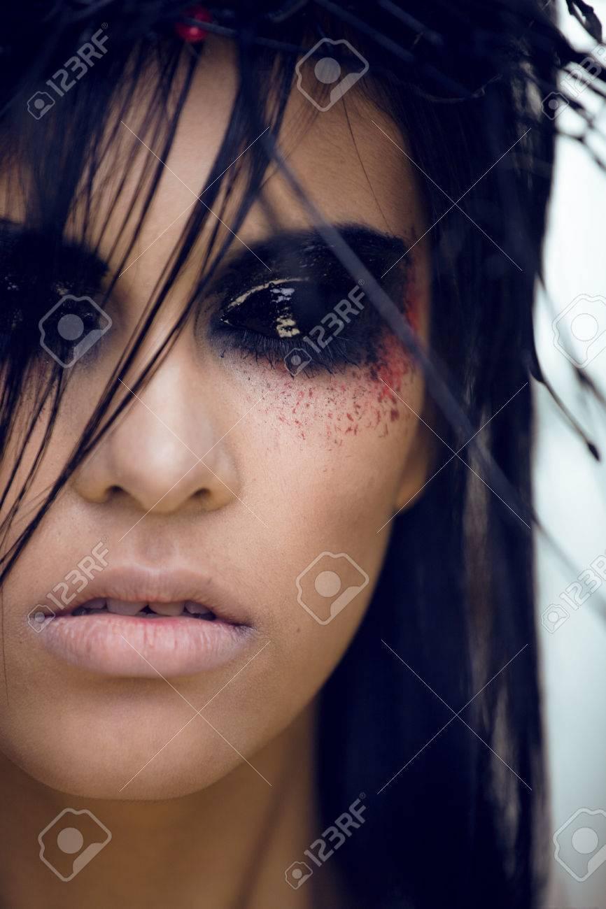 foto de archivo mujer bonita morena con maquillaje como demonio en halloween primer - Maquillaje Demonio