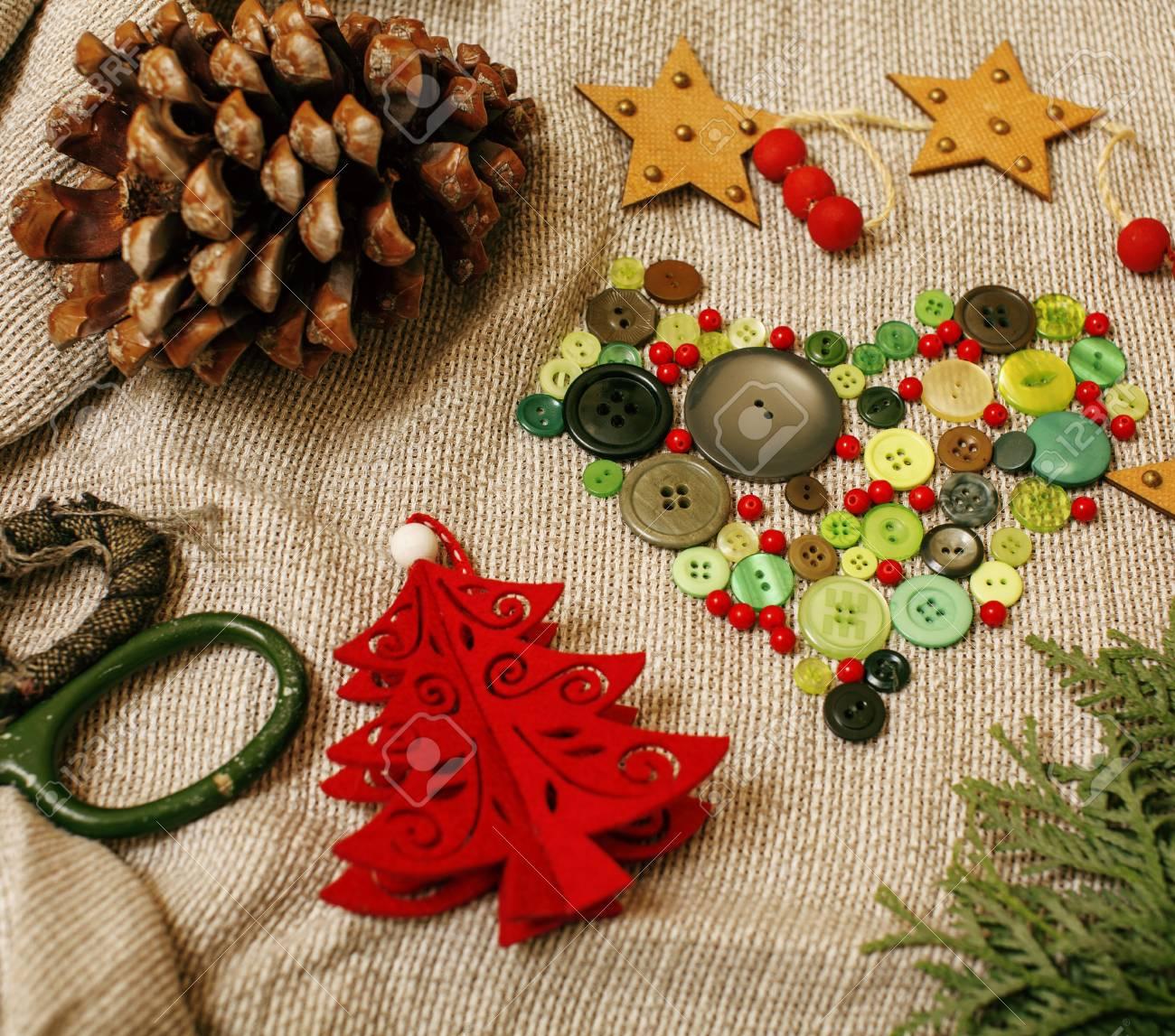 Cadeaux Faits à La Main De Noël En Désordre Avec Des Jouets Bougies