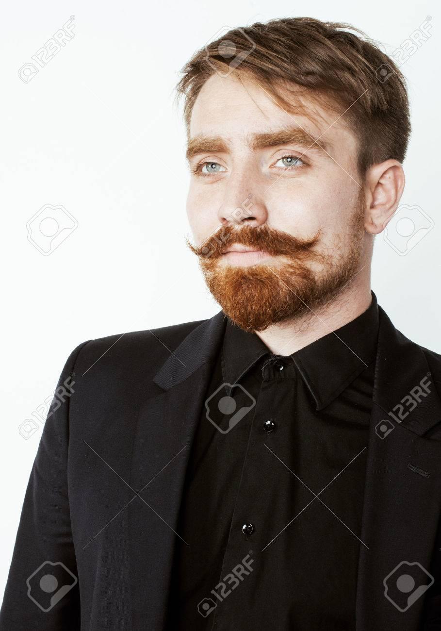 Fabuleux Jeune Homme De Cheveux Rouge Avec Barbe Et La Moustache En Costume  AQ59