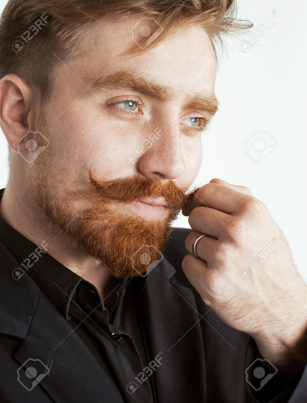 Connu Jeune Homme De Cheveux Rouge Avec Barbe Et La Moustache En Costume  IM12
