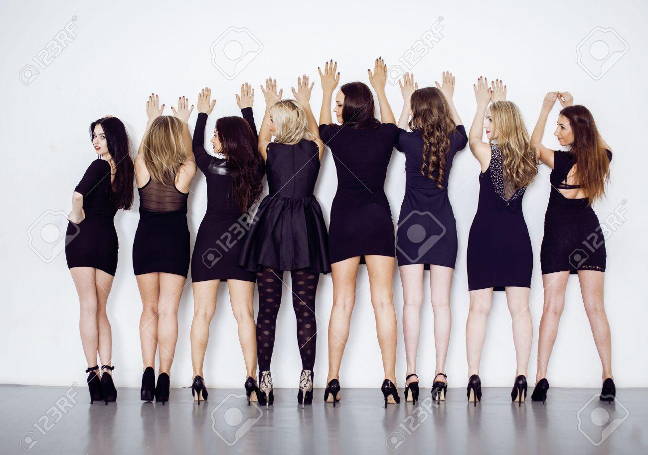 Viele Diverse Frauen In Der Linie, Tragen Hübsche Kleine Schwarze ...