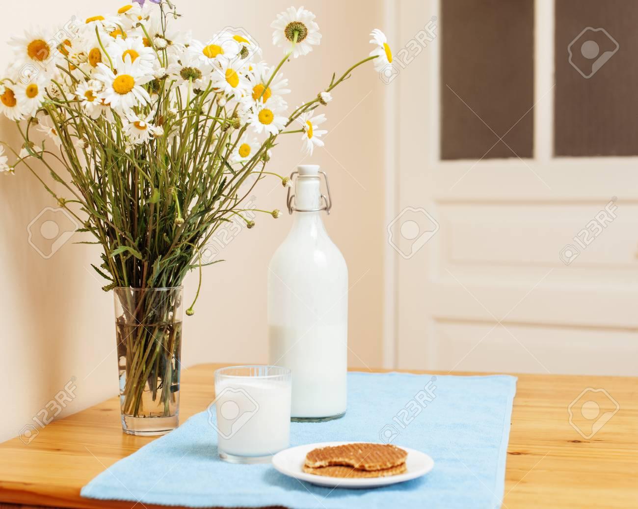 Einfach Stylisch Küche Aus Holz Mit Einer Flasche Milch Und Glas Auf ...