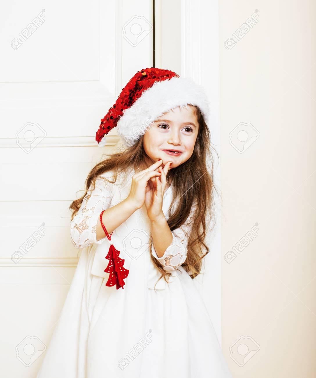 Niedliche Kleine Mädchen In Santas Roten Hut Für Weihnachtsgeschenke ...