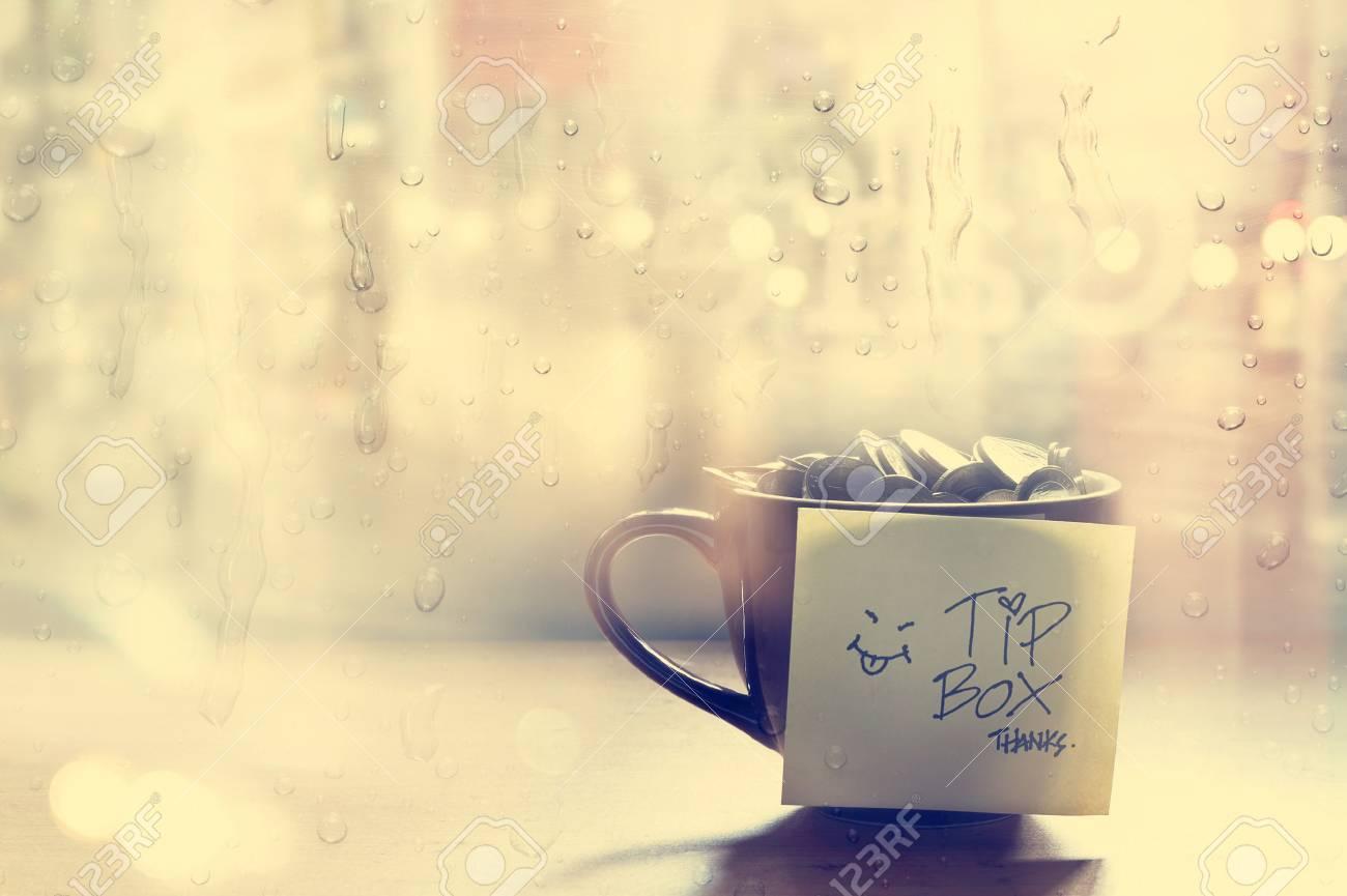 Tip Box Münze In Der Kaffeetasse Im Café Vor Spiegel Und Regen
