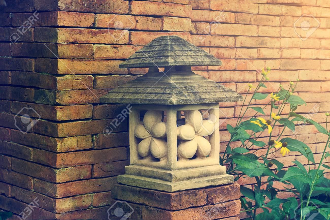 Lanterne Da Giardino A Muro : Immagini stock giardino di pietra giapponese lanterna lampada è