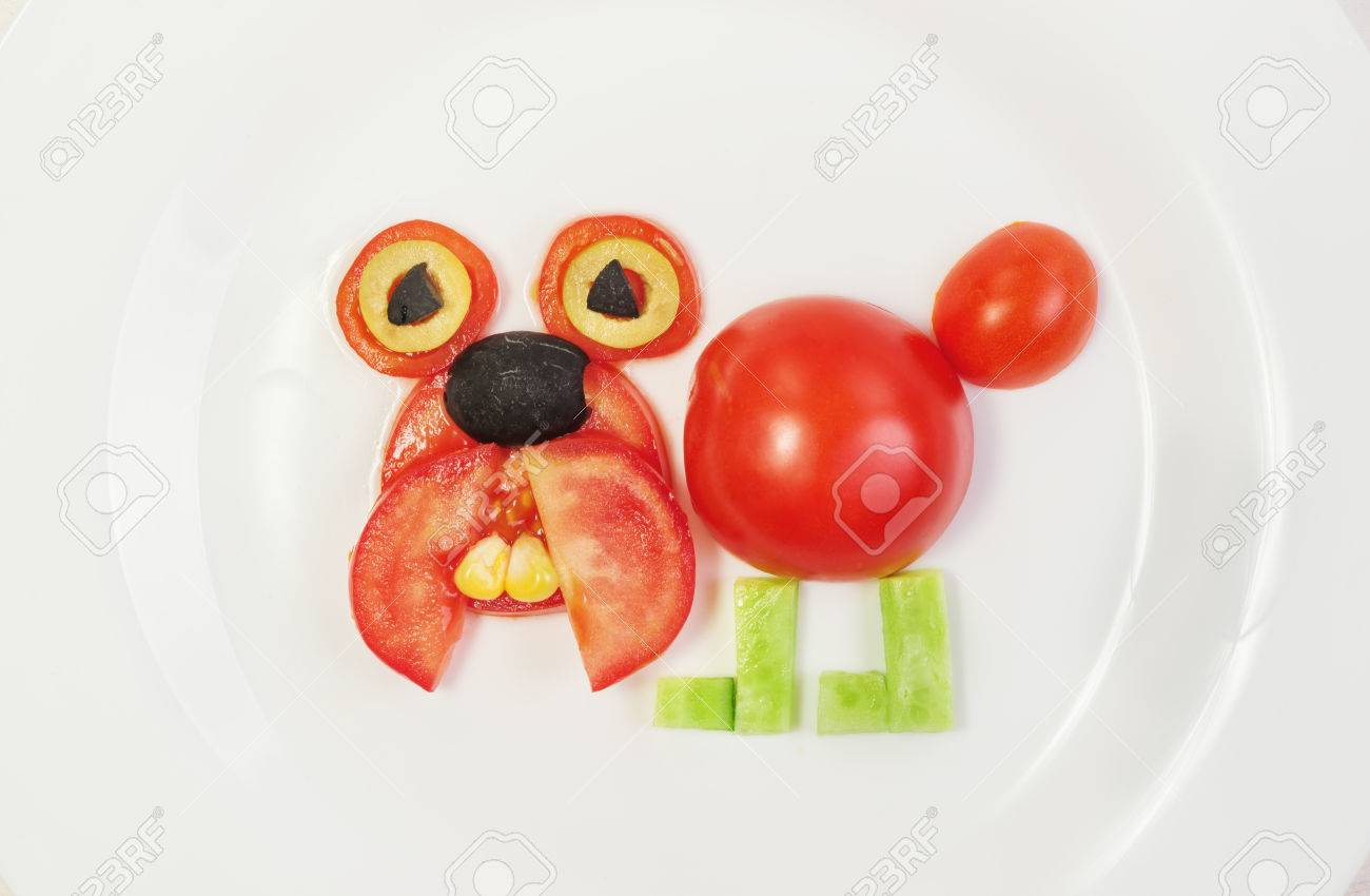 Hund Von Frischen Tomaten Gurken Mais Und Oliven Auf Einem Teller