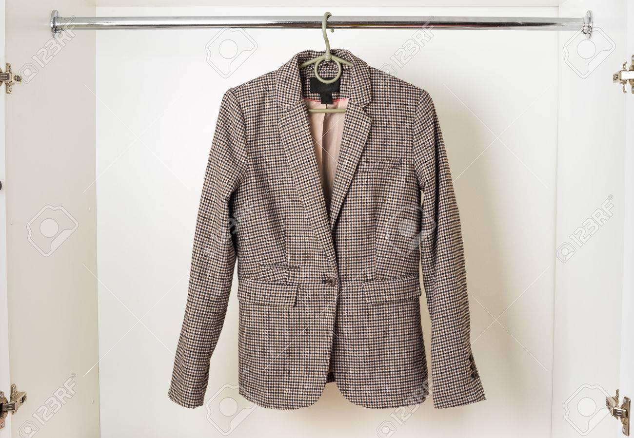 Frauen Im Klassischen Englischen Stil Jacke Hängt An Einem ...