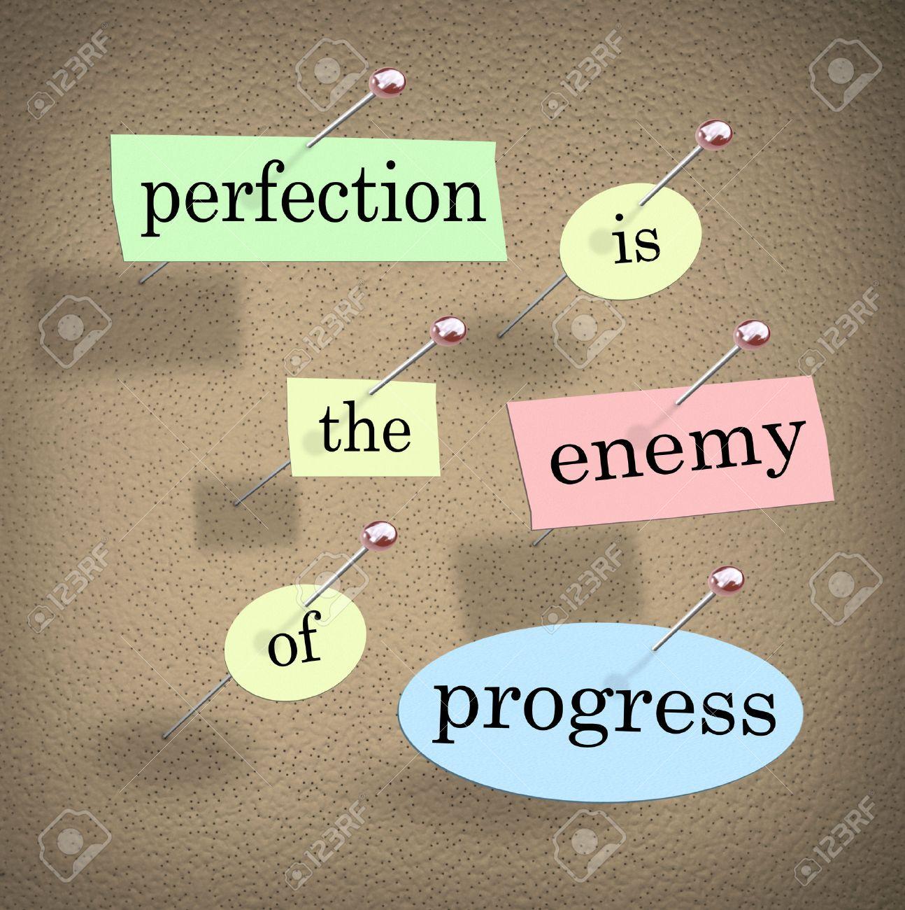 La perfection est l'ennemi du progrès citation ou de dire avec des mots sur des morceaux de papier épinglé à un babillard de vous illustrer devraient