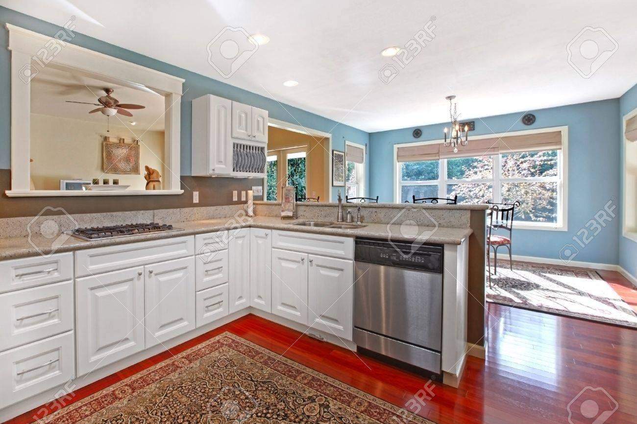 Küche Weiß Mit Kirsche Boden Und Blauen Wänden Lizenzfreie Fotos ...
