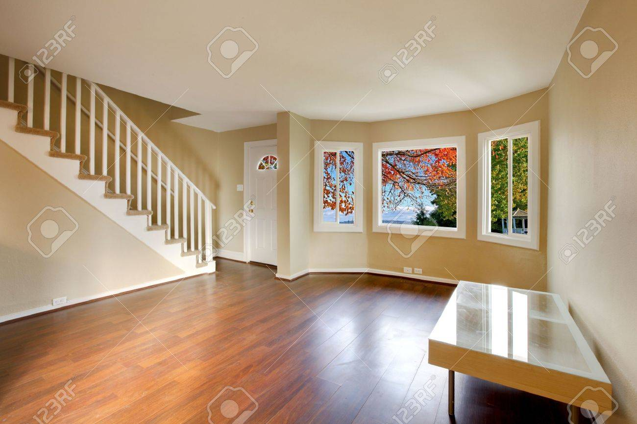 Wohnzimmer Mit Treppe Und Boden Schöne Kirsche Lizenzfreie Fotos