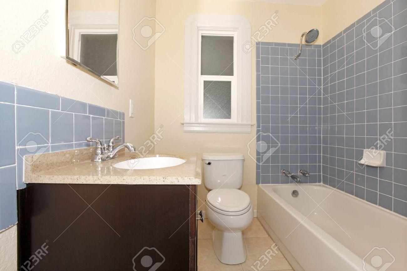 Piastrelle bagno blu e bianche simple idee bagno azzurro