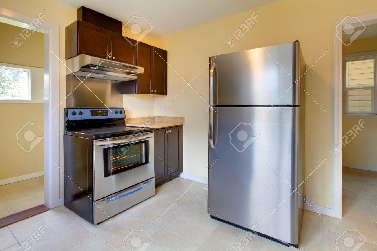 Nouvelle cuisine moderne avec cuisinière et réfrigérateur banque d ...