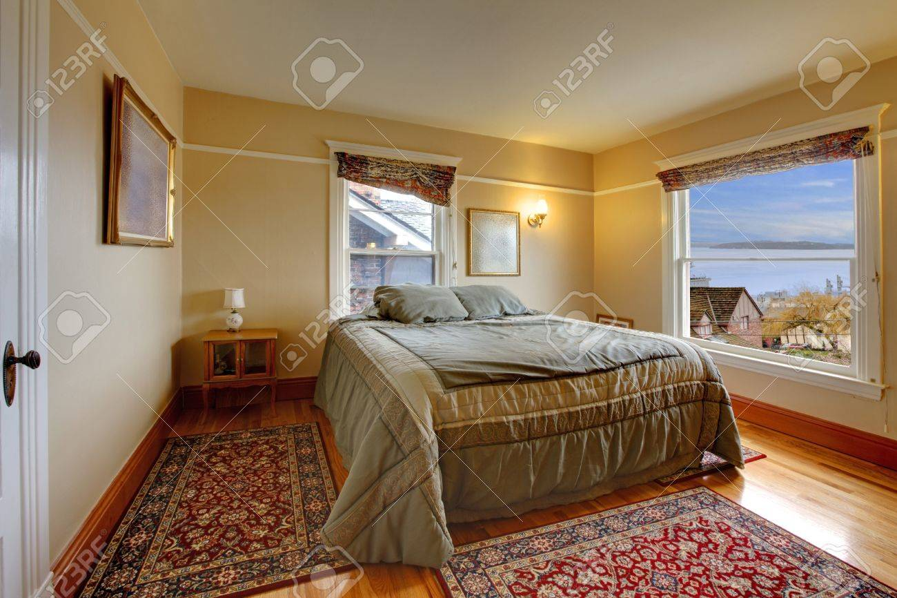 Bedroom with nice view and large green bed Stock Photo - 12313173