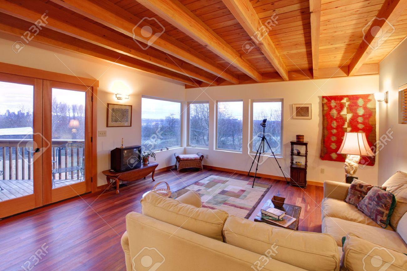 Moderne Luxus-Wohnzimmer Mit Holzdecke Und Großen Fenstern ...