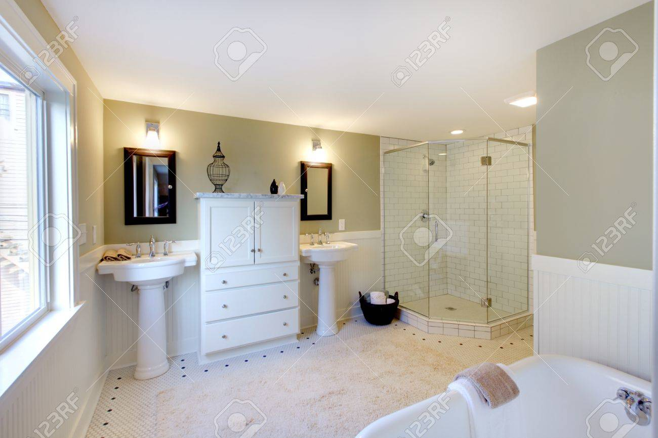 Verte de luxe fraîche et blanche salle de bains moderne