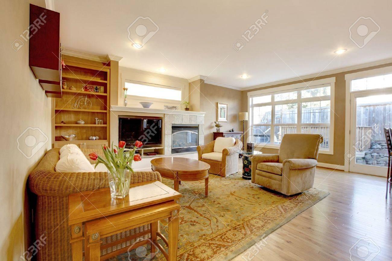 Stort vardagsrum med fina möbler och guldfärger. royalty fria ...