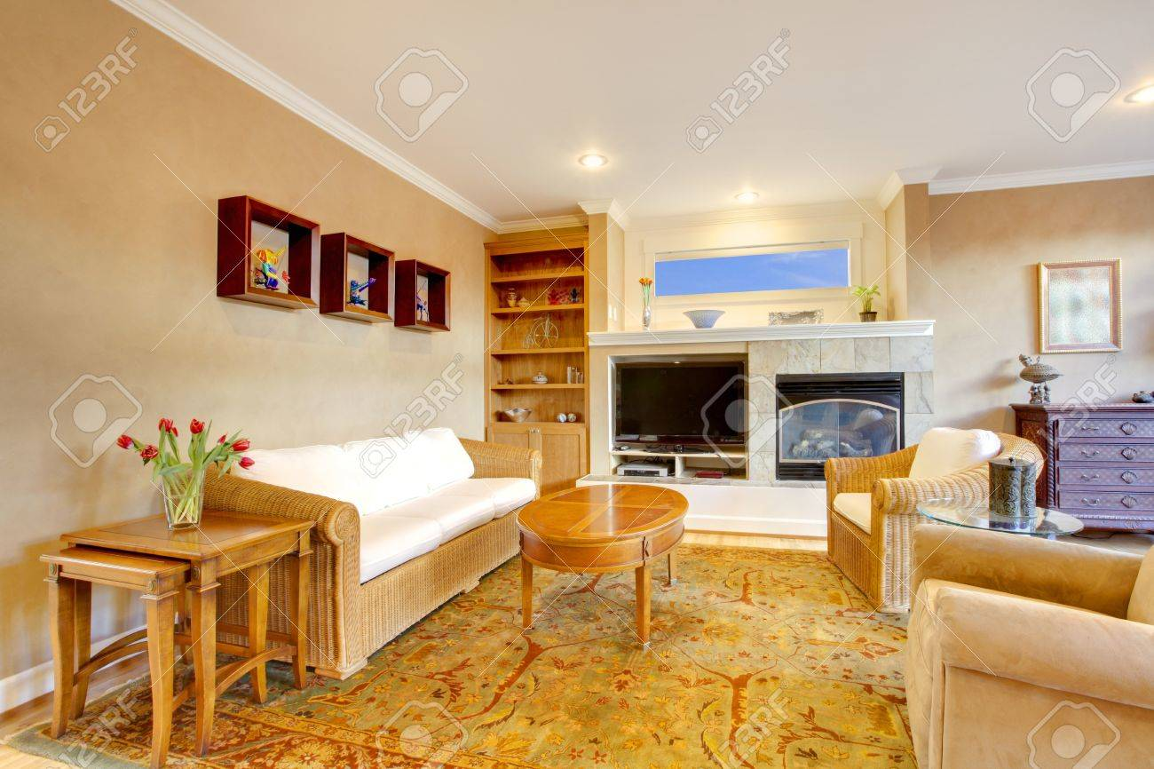 Amplio Salón-comedor Con Un Bonito Mobiliario Y Los Colores De Oro ...