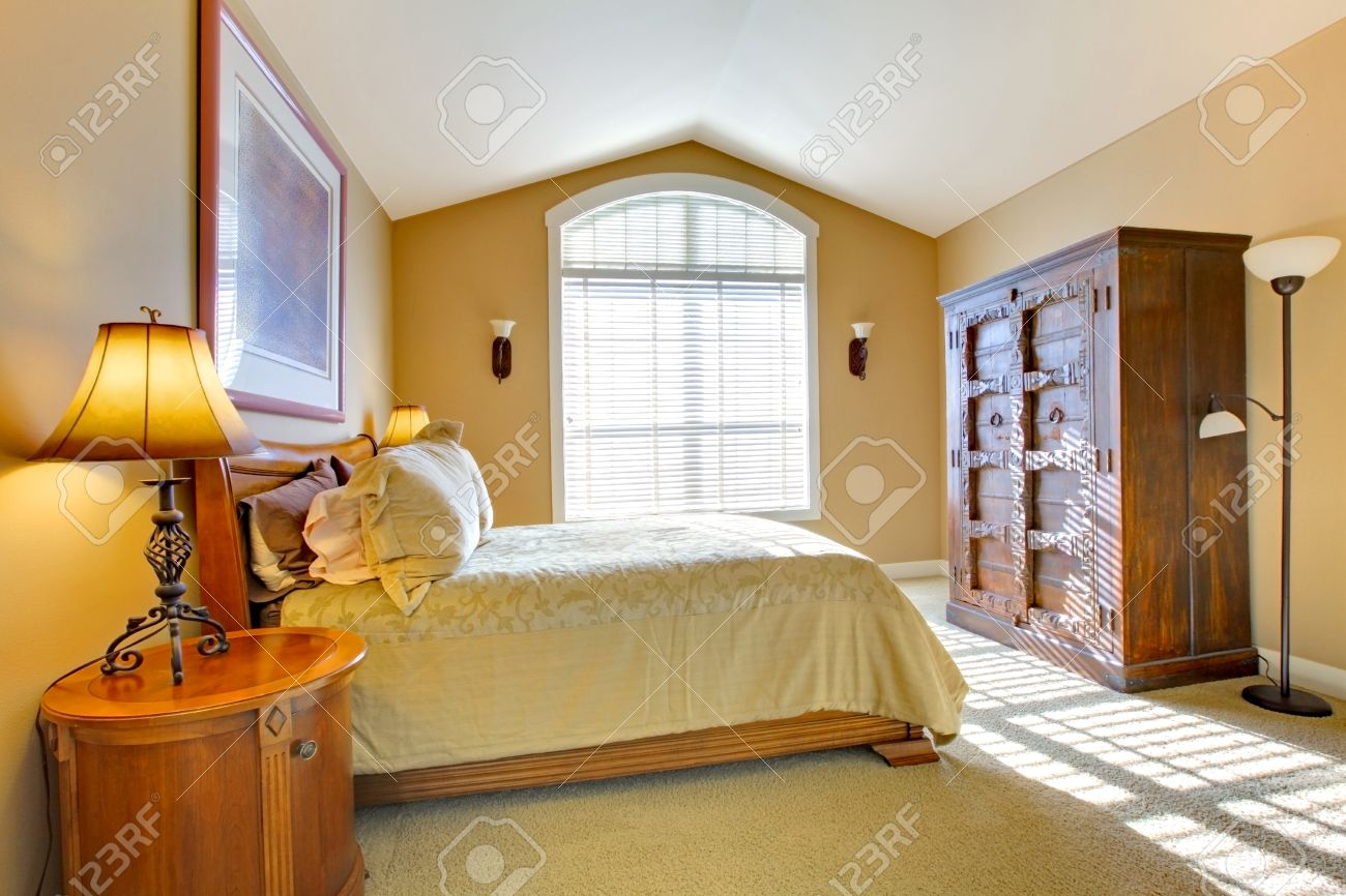 Haupt Schlafzimmer Mit Grossem Bett Und Alten Schrank In Warmen Farben Gelb Lizenzfreie Fotos Bilder Und Stock Fotografie Image 12312422
