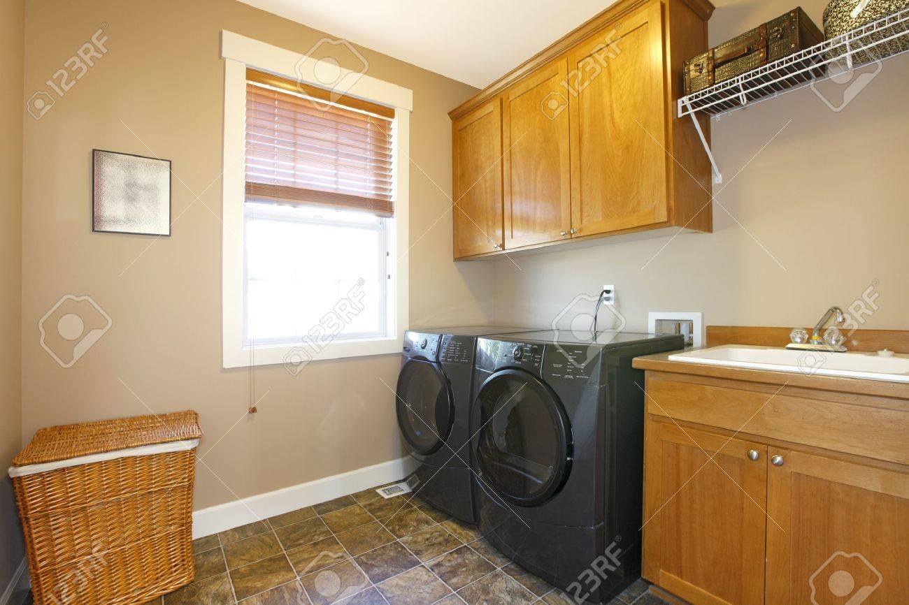 Waschküche Mit Schwarzen Geräten Und Schöne Schränke Lizenzfreie ...