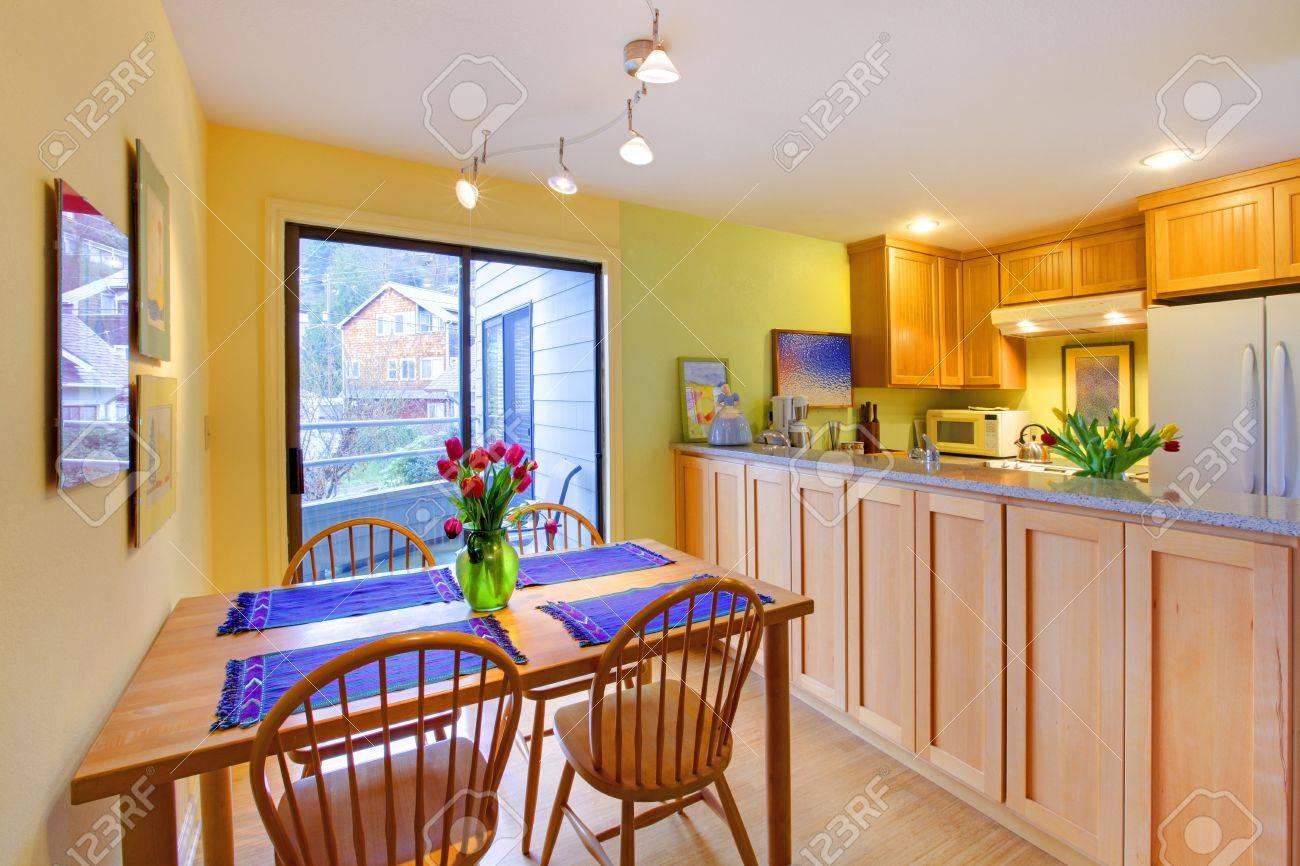 Küche Mit Holz Schränke Und Hellgrünen Wänden. Lizenzfreie Fotos ...