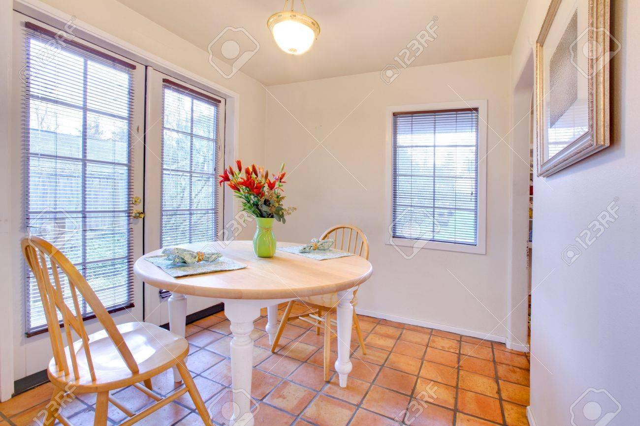 Une Table à Manger Chambre Avec Carrelage Et Porte Française Banque