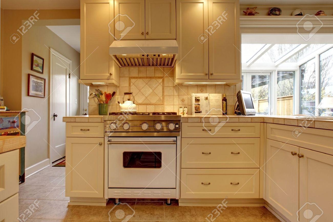 Gul vita kök med stor spis royalty fria stockfoton, bilder ...